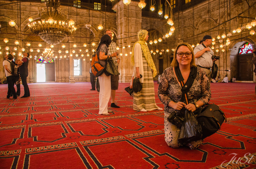 Jule in der Moschee in Kairo