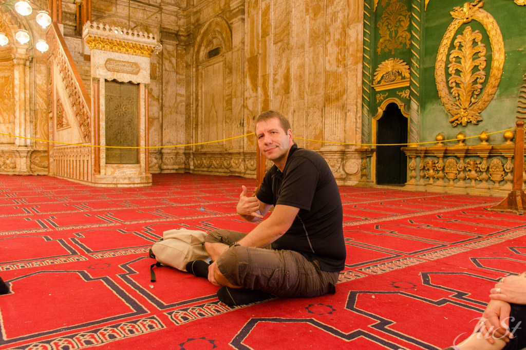 Alex in der Moschee in Kairo