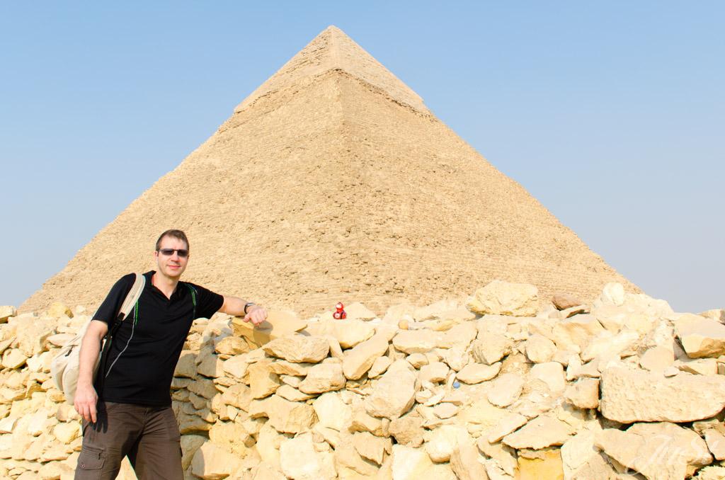 Alex und Ente vor der Pyramide