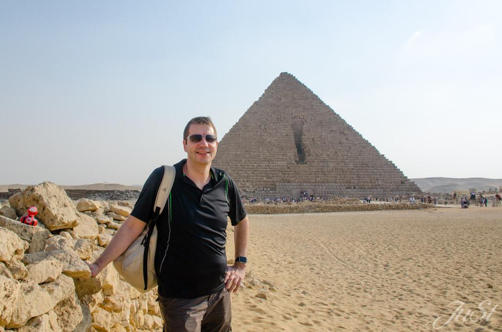 Alex und Ente vor der kleinen Pyramide