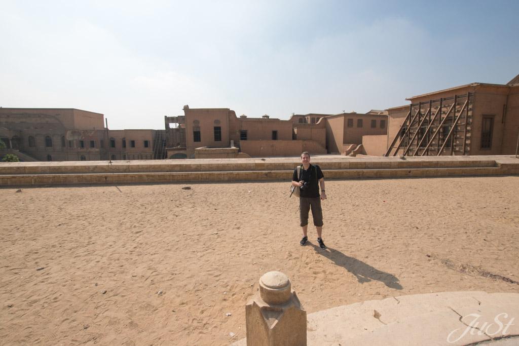 Alex auf dem Moscheen Vorplatz in Kairo