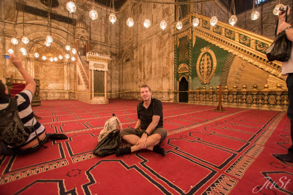 Alex in der Moschee