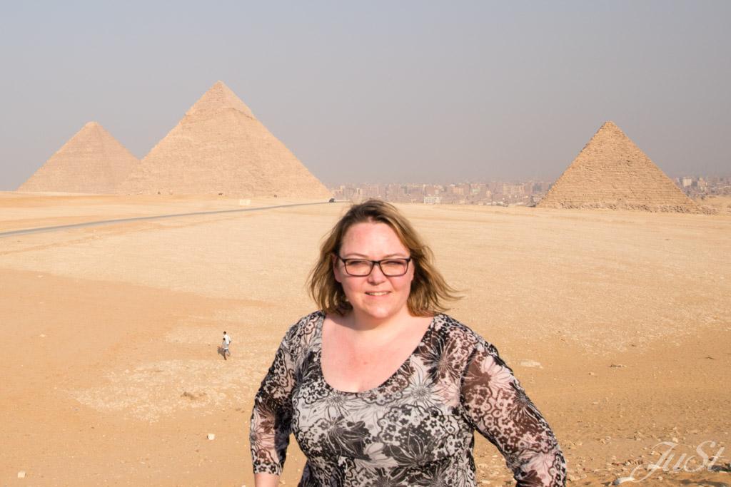 Jule mit den Pyramiden von Gizeh