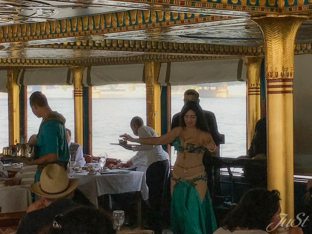 Showeinlage beim Mittagessen auf dem Nil