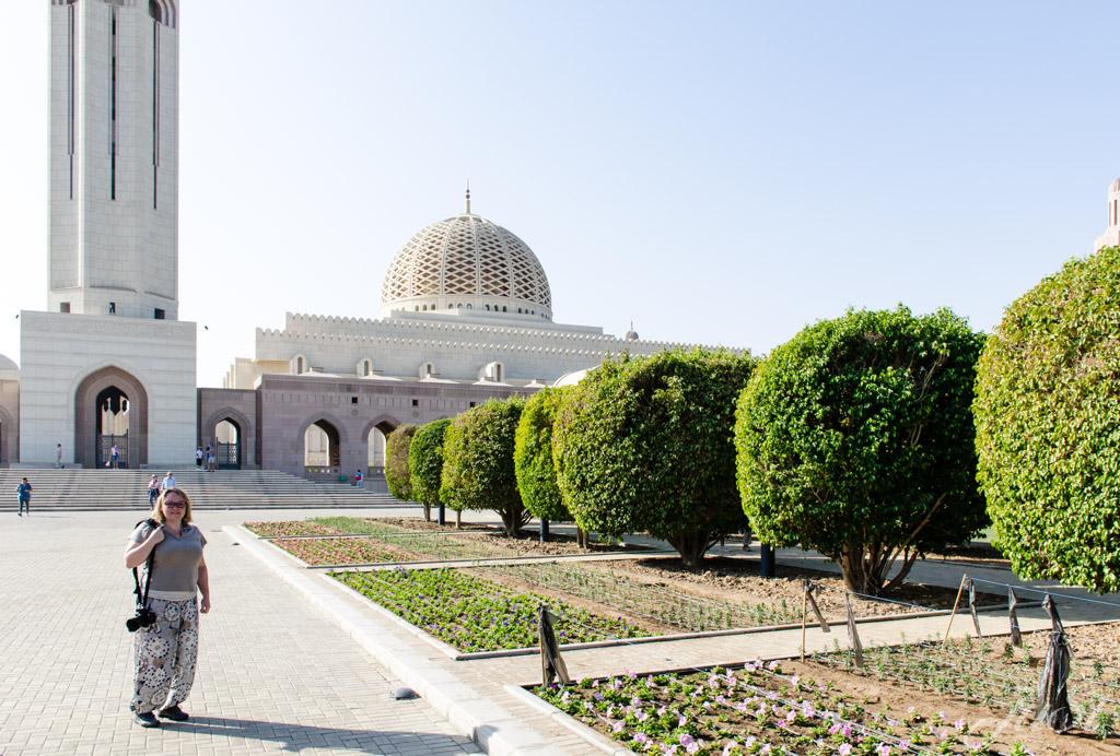 Jule vor der Moschee in Muscat