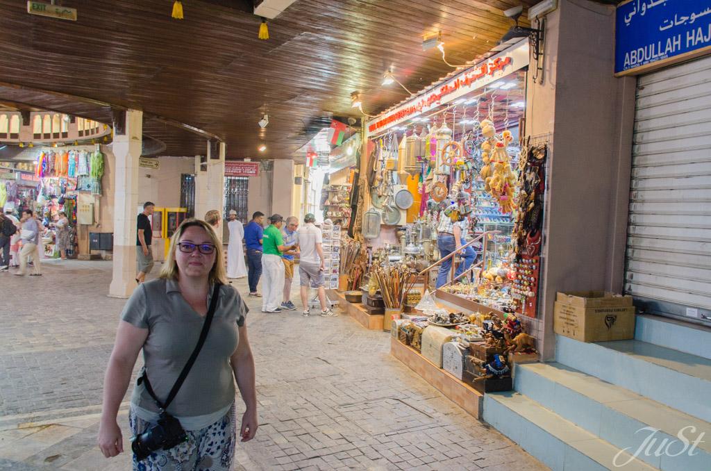 Jule im Markt von Muscat