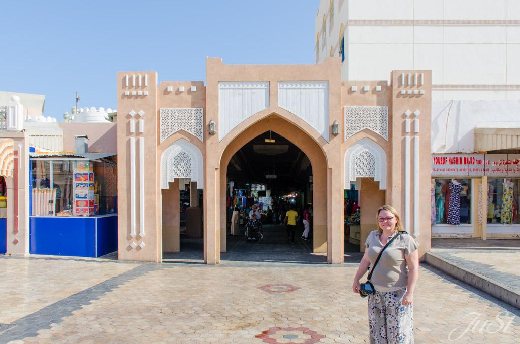 Jule vorm Markt in Muscat
