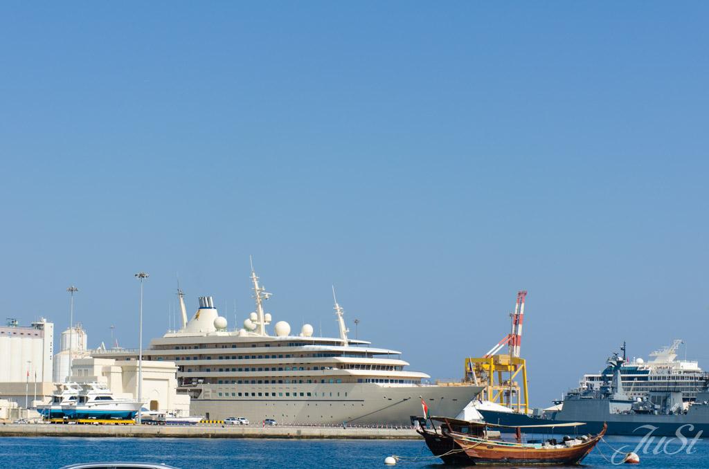 Königliche Jacht im Hafen von Muscat