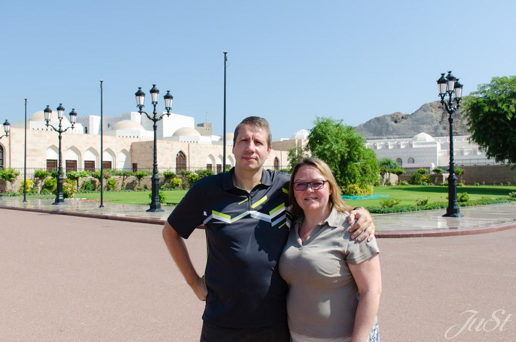 Wir im Palastvorplatz von Muscat