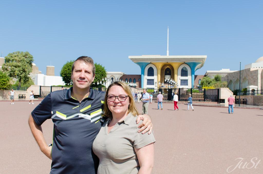 Wir vorm Palast in Muscat