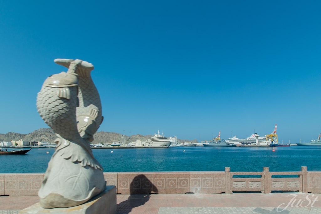 Statue mit Blick auf den Hafen in Muscat