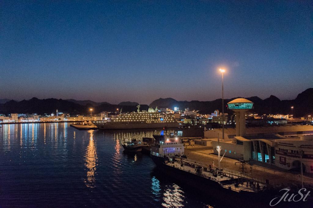 Hafen von Muscat am Abend