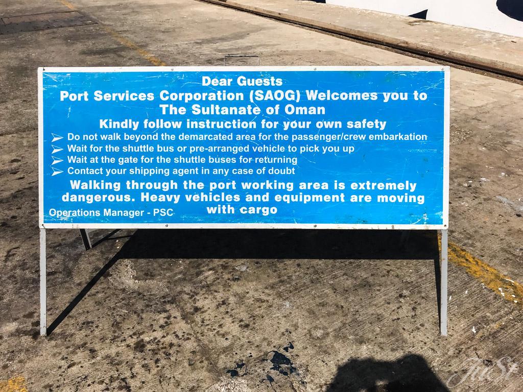 Hinweisschild Hafen Muscat