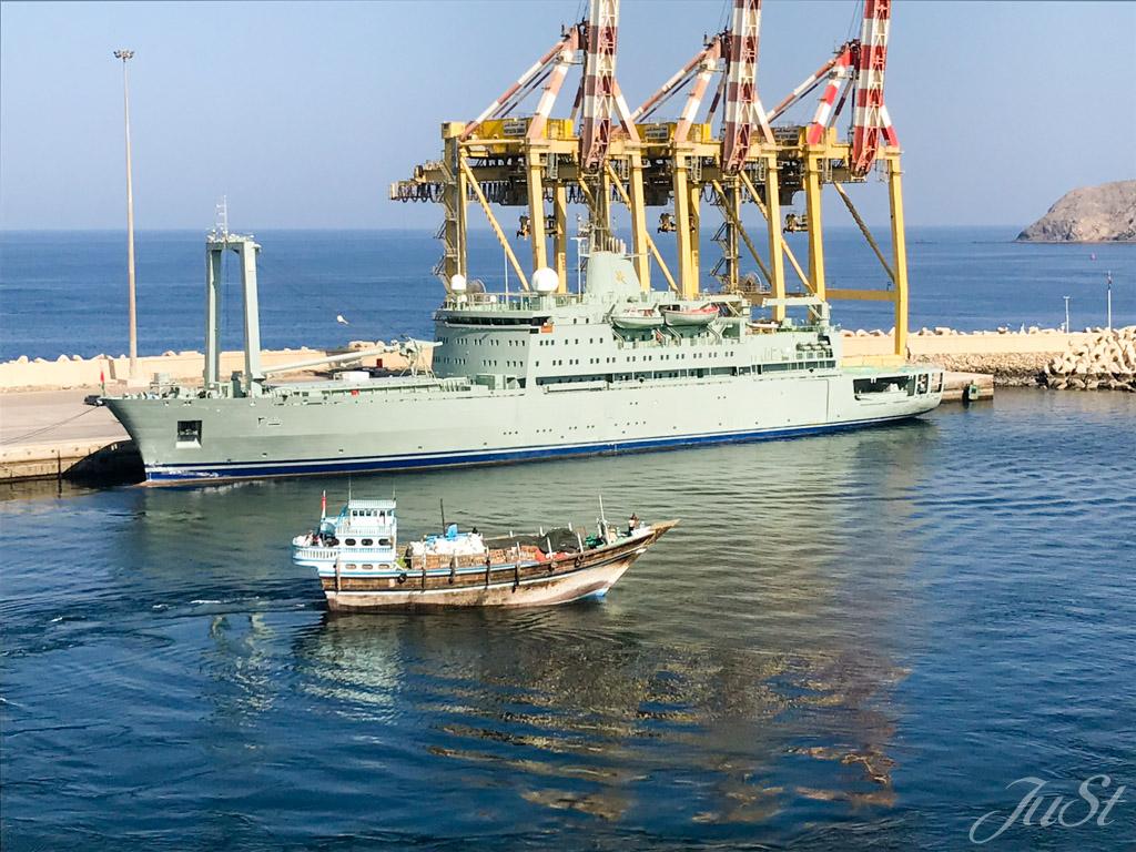 Kriegsschiff im Hafen von Muscat