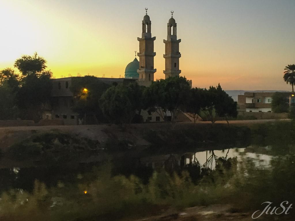 Moschee am Straßenrand nach Luxor