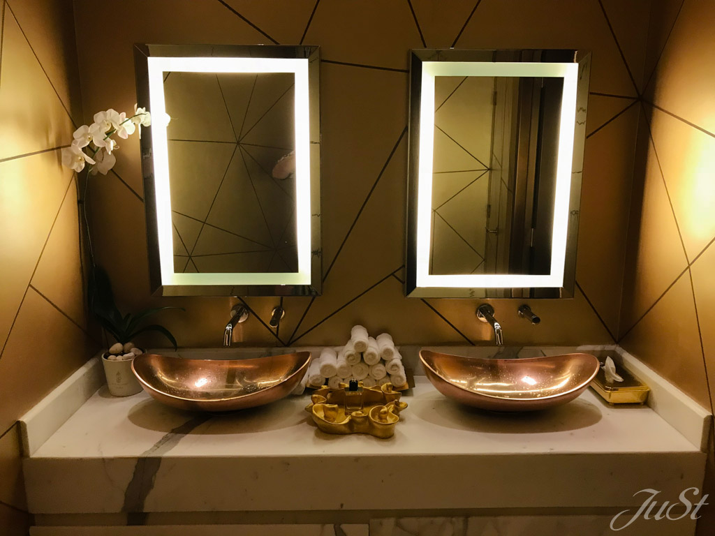 Toilette im Gold 27