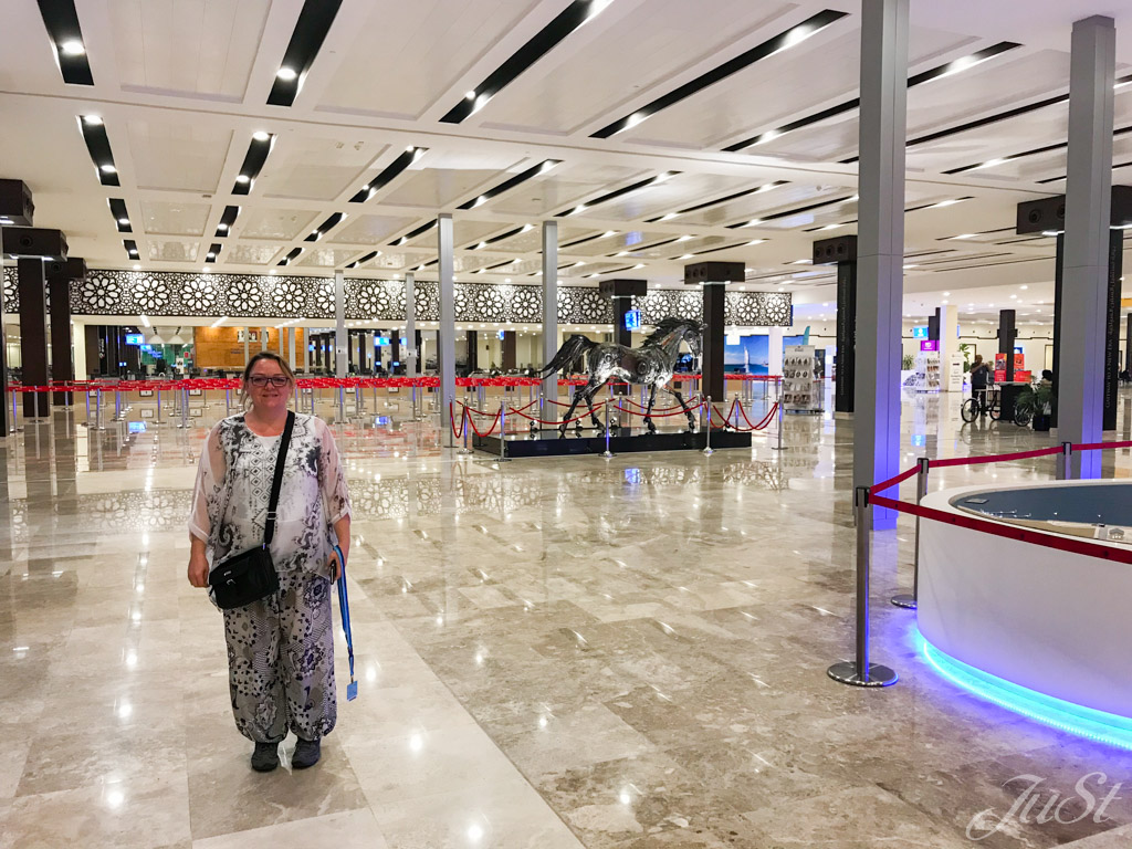 Jule ganz allein im Cruise Terminal 3