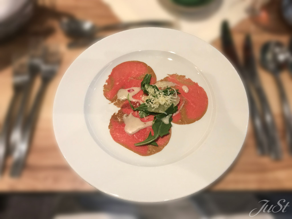 Carpaccio vom Rinderfilet mit Ruccola, Trauben-Dressing und Parmesan