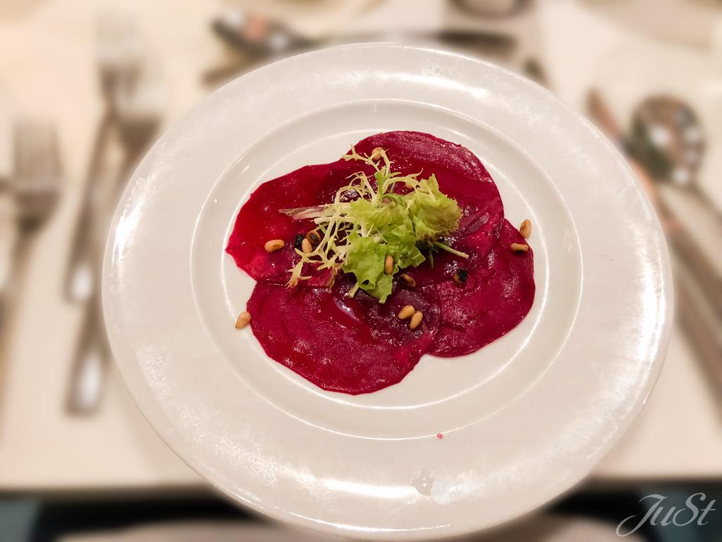 Carpaccio von der Roten Beete mit gerösteten Pinienkernen und weißen Balsamico-Traubendressing