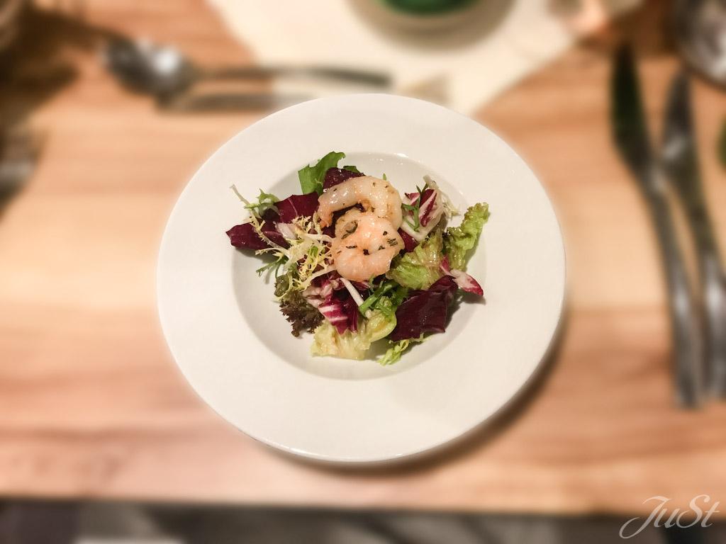 Gemischte Blattsalate mit gebratenen Riesengarnelen
