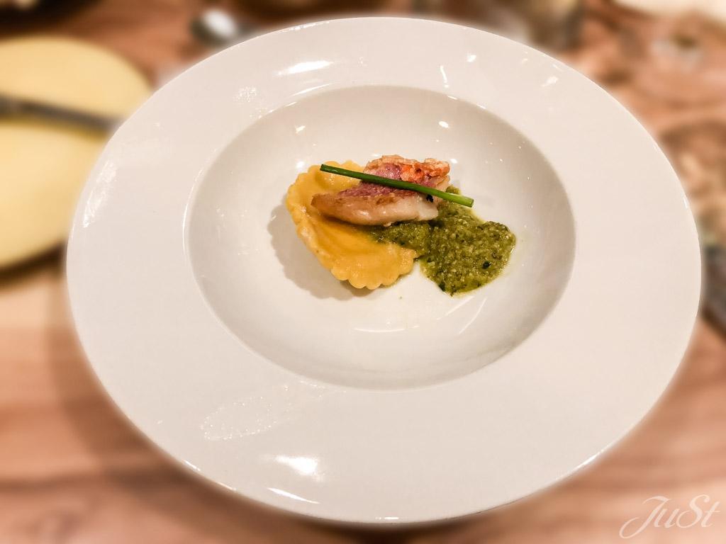 Meerbarbe mit Salsa Verde und Ricottaravioli