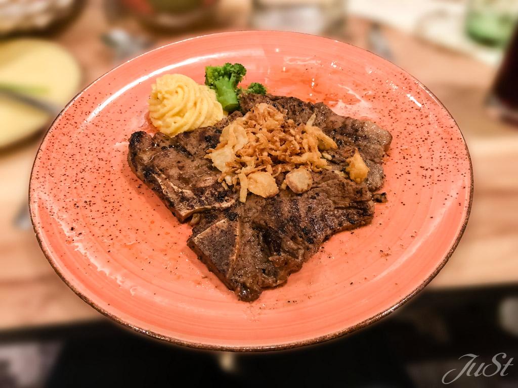T-Bone-Steak mit Kräuterpolenta und Salbeibutter