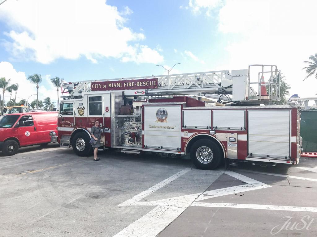 Jule und Feuerwehrauto in Miami