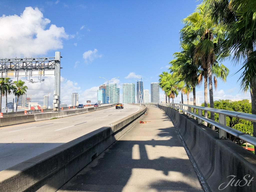 Brücke vom Hafenterminal noch Downtown Miami