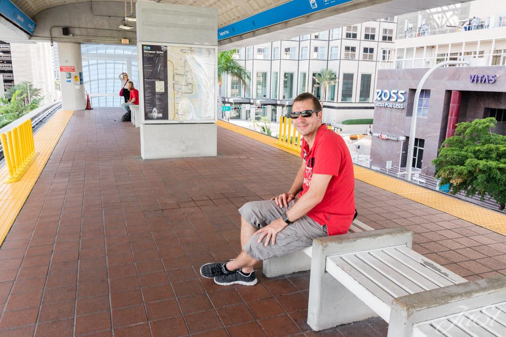 Alex wartet auf den Metromover