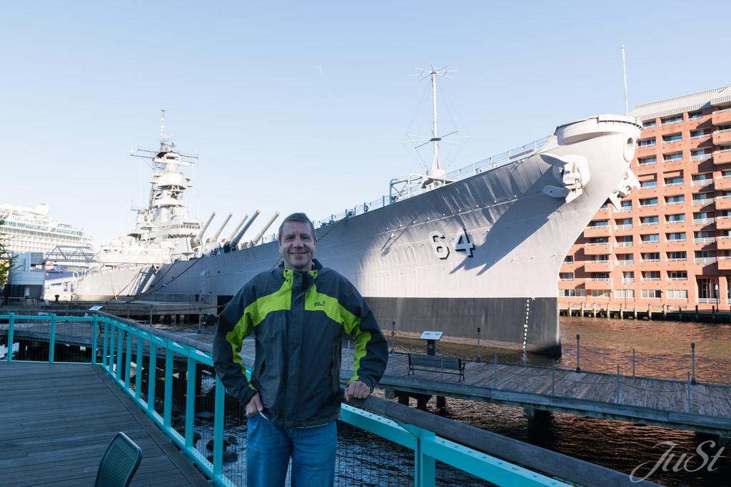 Alex vor der USS Wisconsin