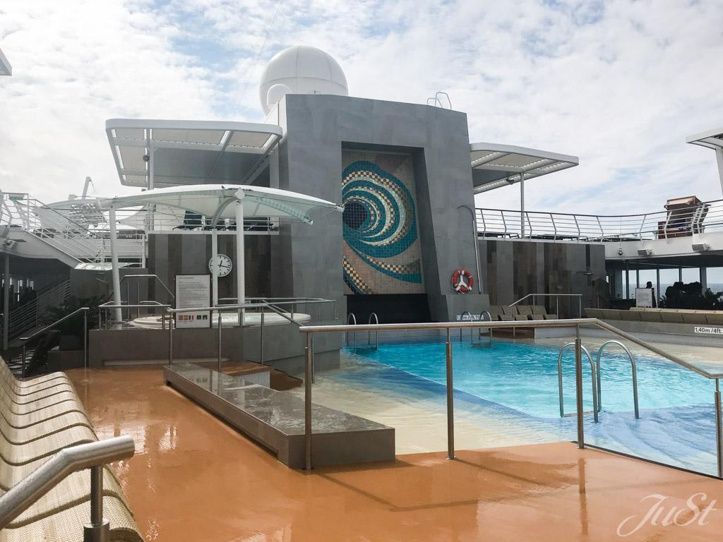 Kleiner Poolbereich auf der Mein Schiff 6