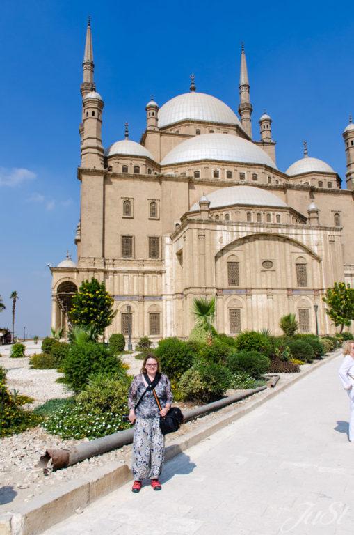 Jule vor der Moschee in Kairo
