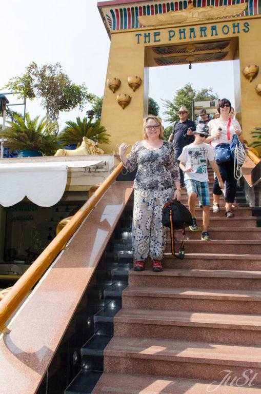 Jule beim betretten des Bootssteges in Kairo