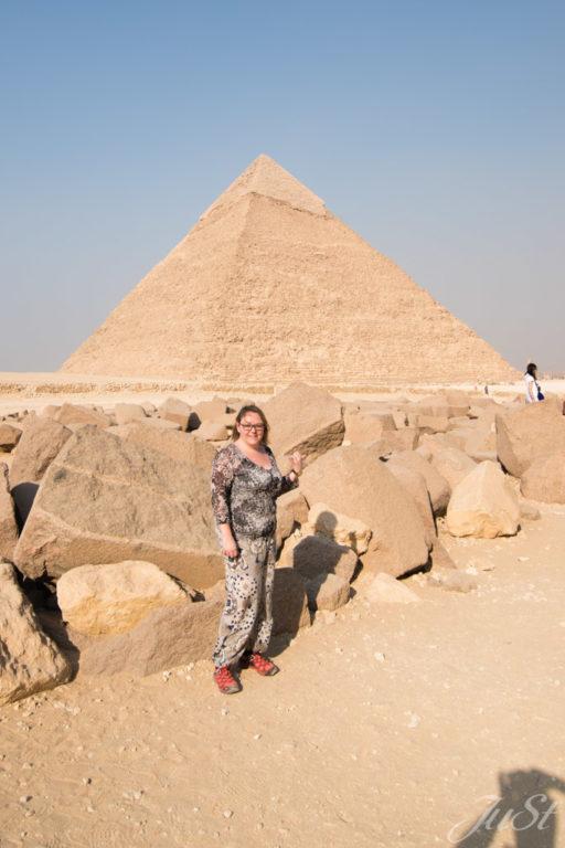 Jule vor der Großen Pyramide