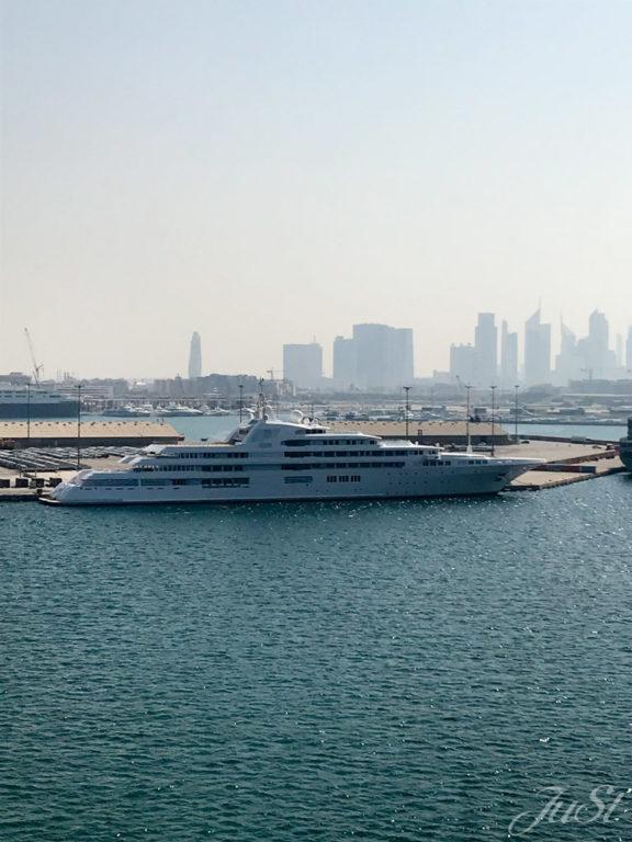 Jacht im Hafen von Dubai