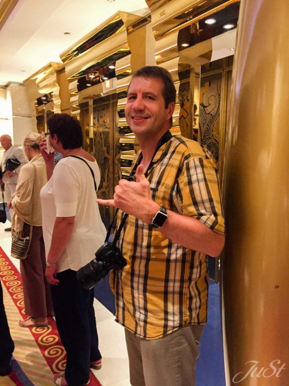 Vor dem Aufzug zum Gold 27