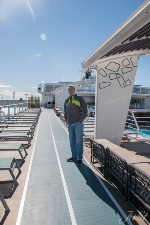 Alex am Pooldeck im Hafen von Norfolk
