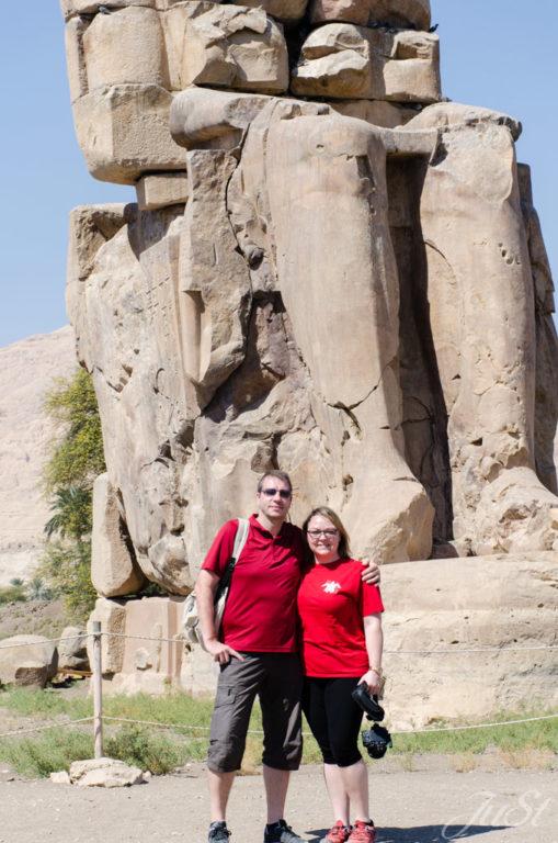 Wir vor den Memnon-Kolosse